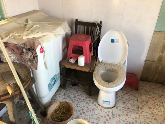 """惠民工程成""""伤心工程"""":投资上亿建8万尬厕废弃5万 马桶正对灶台"""