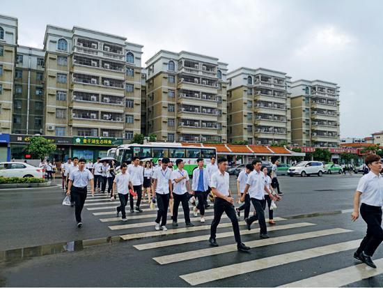 广东珠海格力电器的员工上班进厂。