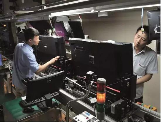 (广东方惠州TCL 产业园内的电视消费线。图/ 视觉中国)