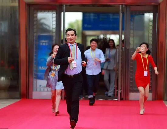 2017年3月25日,博鳌亚洲论坛2017年年会在开幕式前,安邦保险集团原董事长兼CEO吴小晖被媒体记者追逐采访。©视觉中国