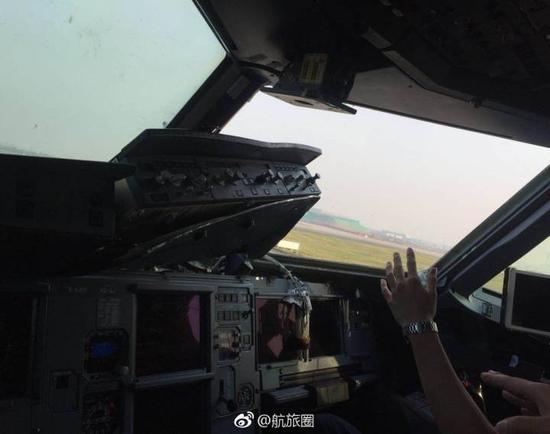 降落后可以看到副驾驶前面风挡玻璃丢失