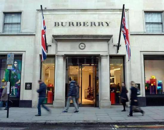 """烧毁库存让Burberry陷入""""暴殄天物""""""""不道德""""""""污染环境""""等争议。"""