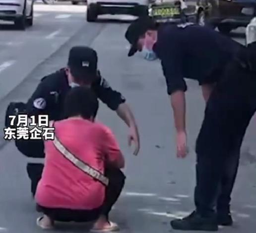 东莞街头一名女子突然崩溃大哭 只因银行取钱扣了27元手续费