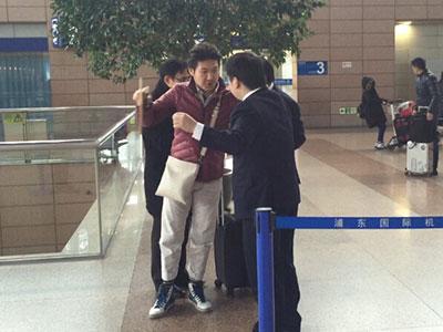 旅客与工作人员交涉