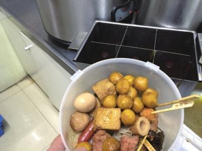 隔夜的关东煮被从锅里捞出,等待次日售卖。