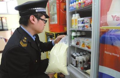执法人员在该店发现过期豆浆。京华时报记者谭青摄