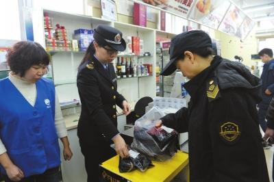 执法人员正在调查过期食品。京华时报记者谭青摄