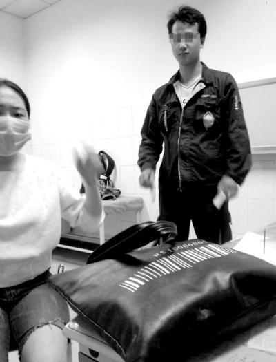 ▲事发当天,肇事快递员将伤者送到医院后逃走。当事人供图