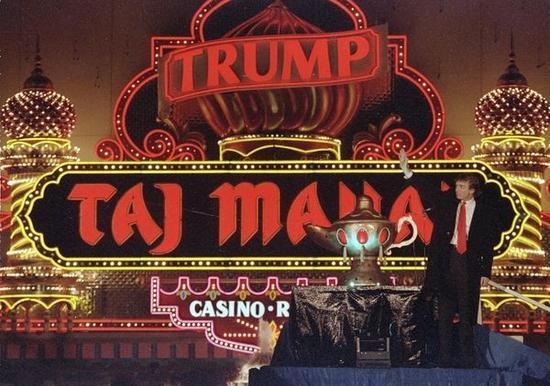 """1990年4月5日,唐纳德-特朗普出席""""泰姬陵""""赌场开业仪式。(新华/美联)"""