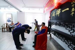 10月28日,一得阁历史上第一次举行拜师收徒仪式,尹志强、张长林、何平三位老师傅收下9位徒弟,151年后,一得阁终于有了第四代传人。