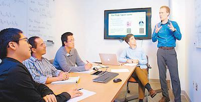 美国量子信息与计算机科学联合中心的研究人员在讨论量子信息技术。资料图片