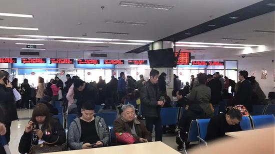 图为北京二手房过户大厅
