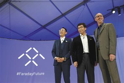 去年1月,美国拉斯韦加斯,由美国电动车新兴企业法拉第未来(FaradayFuture)和乐视共同打造的超级概念车FFzero1首次公开亮相。图为原乐视超级汽车联合创始人丁磊(中)。图/视觉中国
