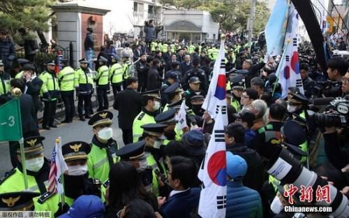 朴槿惠以犯罪嫌疑人身份出庭接受逮捕必要性审查。大量警察被部署在法院外,维护治安。