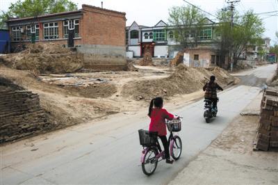 4月4日,河北安新县大阳村,一户民宅已停工,裸露着地基。新京报记者 李强摄