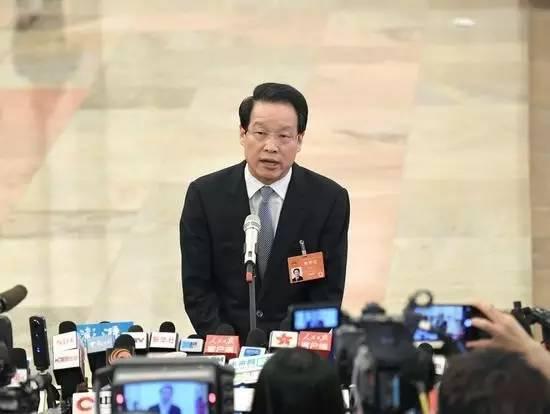2017年两会期间,项俊波在部长通道接受媒体采访。图|新华社