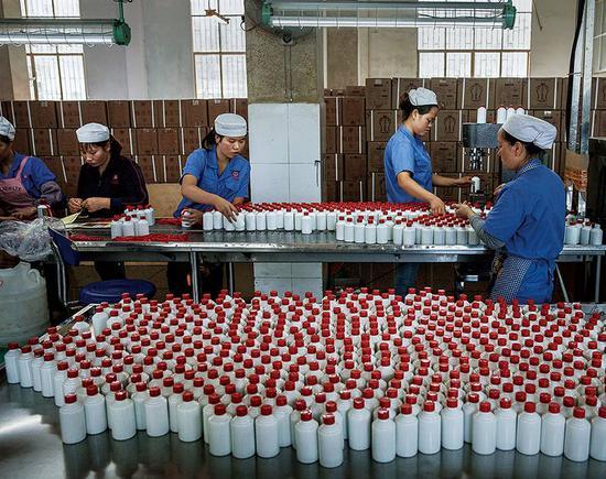 """贵州茅台想用价位更低的系列酒拉动商务和个人消费需求,但代价是茅台品牌的""""高端""""印象被不断稀释。"""