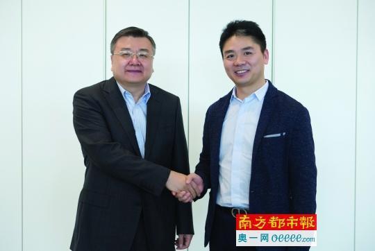 京东总裁_京东集团首席执行官刘强东和南都报系党委书记,总裁任天阳握手.