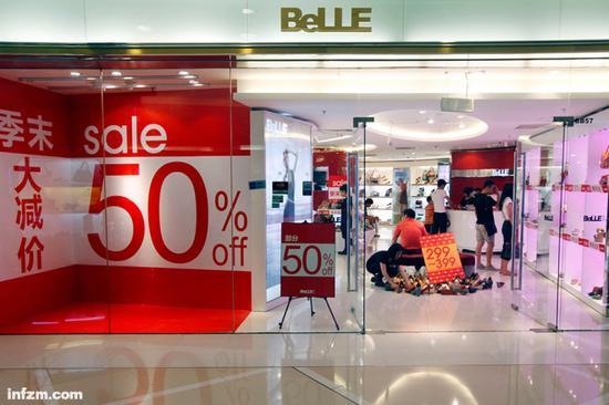 百丽鞋大减价SALE打折的橱窗。(视觉中国/图)