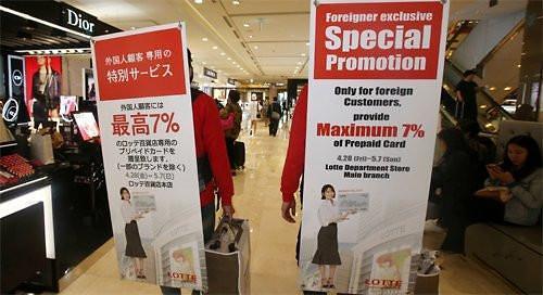 仅写有日语和英语的标语牌(图片来源:《东亚日报》)