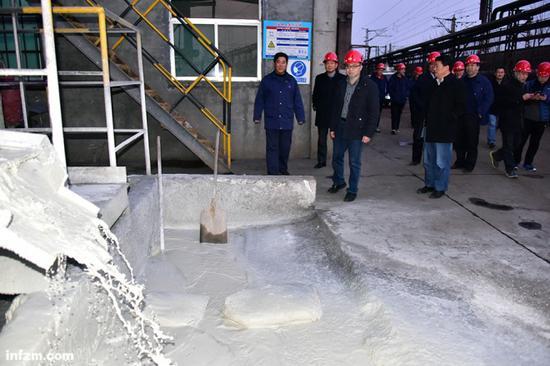 环保部督查组在某铸造材料有限公司检查。除了大气污染,督查组也会视情况处理其它污染问题。(视觉中国/图)