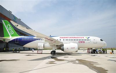 4月20日,国产大型客机C919停放在中国商飞公司试飞中心祝桥基地机库外。新华社记者丁汀摄