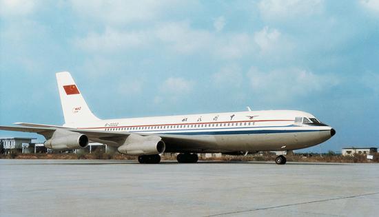 1980年9月26日,运10飞机在上海大场机场进行首次试飞成功。它的研制成功,使中国拥有了自己设计制造大型飞机的复杂技术,不仅填补了中国民族工业以前不能制造大型飞机的空白,而且使中国成为继美、苏联、英、法之后,第五个研制出100吨级飞机的国家。   然而遗憾的是,运10项目因定位和资金问题,最终下马。   国际合作阶段:三步走落空   运10下马后,中国制定了发展民机三步走的战略计划。   第一步是部分制造和装配MD-80/-90系列飞机,由美国麦道公司提供技术,提高生产制造能力;第二