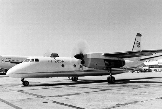 运7由中国按照苏联20世纪60年代生产的安-24B进行测绘设计,由于文革期间质量失控、匆忙装机,暴露出的问题很多,占整个试飞问题的70%-80%。   但是运7最终还是取得了成功。截至1988年底,陆续生产出厂的运7飞机有56架,飞行在55条国内航线,往返56个大城市之间,成为当时国内航线上的最大机群。   自行研制阶段:运10试飞成功但最终下马   运10是中国自行研制的第一架民用客机。   1969年,毛泽东到上海视察工作时,问起上海有没有搞飞机?当时上海就提出可以造飞机,并于1970年正