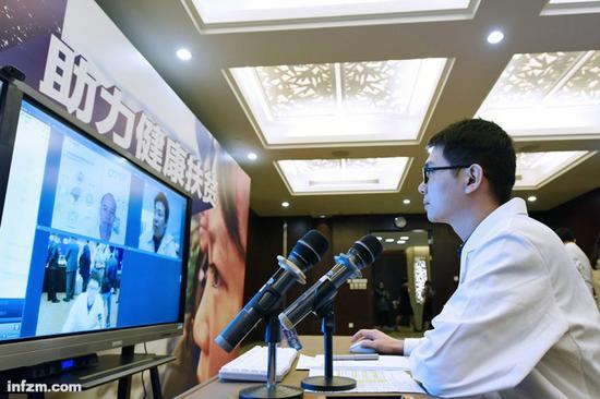 2017年1月7日,广东省中山医院肿瘤专家通过广州互联网医院的线上平台为广东英德市九龙镇太平村一名村民进行诊断。(新华社