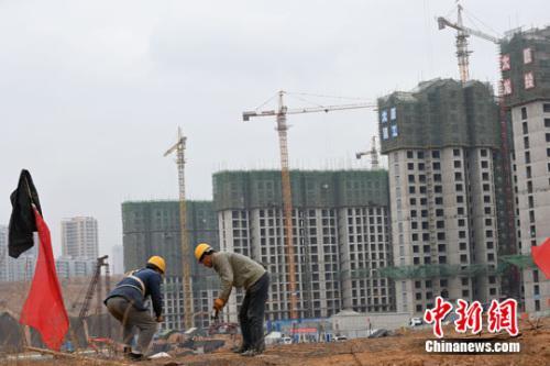 资料图。山西太原,民工在一建筑工地作业。中新社记者武俊杰摄