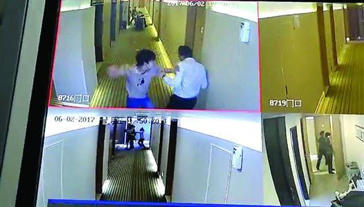 """酒店监控显示散发""""小卡片""""者殴打前来阻拦的酒店员工 本版图片/酒店方供图"""