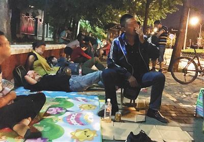 6月8日晚11时许,北京大学口腔医院门外的人行道上已排起长队,其中有20多人为兼职号贩子。A06-A07版摄影/新京报记者大路