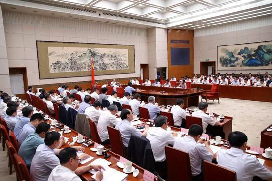 经济半年报出炉前高层密集行动 多位领导人离京调研