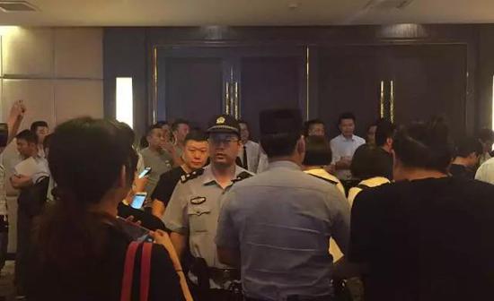 债权人堵门,警察赶到现场维持秩序 本报记者 蒋洁琼 摄