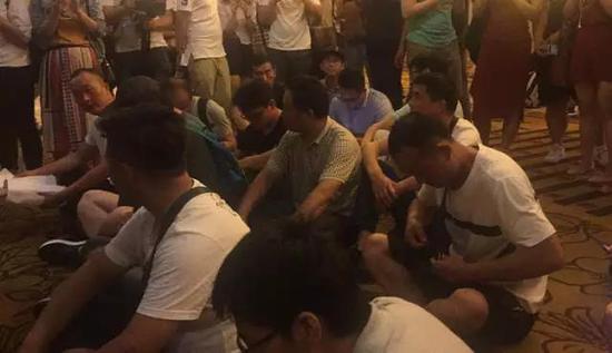 警察调解后,债权人在会场门口静坐 本报记者 蒋洁琼摄