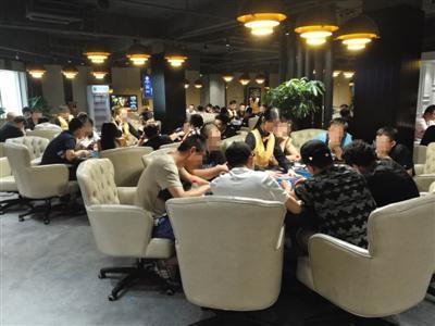 7月13日,北京一家德州扑克俱乐部,玩家正在玩牌.
