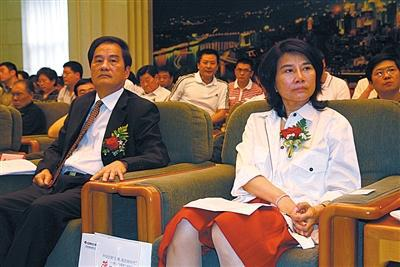 2010年7月15日,时任格力电器董事长丹江洪、格力电器尽裁剪董皓珠在北边京列席格力电器新技术全国颁布匹活触动。图/视觉中国