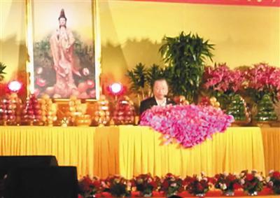 """自称观音菩萨化身的卢军宏在给""""心灵法门""""信徒讲""""佛法""""。受访者供图"""