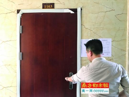 收楼的业主发现房门装反了。南都记者陈奕启摄