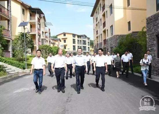 8月9日,党政代表团在重庆南川区大观镇进行考察