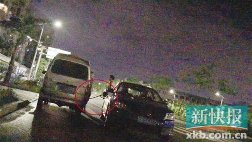 ■8月26日晚,记者等待执法人员前来时,一辆流动黑油车停在记者身边,当街公然为一辆小车加起了油。