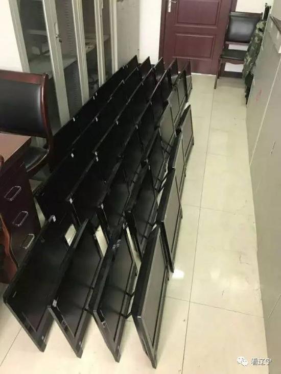 """图为:这 30 多台电脑都被安装了 """" 掌上看家 """" 软件 警方供图"""