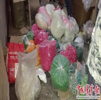 警方在假减肥药生产窝点,现场查获近60万粒胶囊。中国青年报·中青在线记者 洪克非/摄