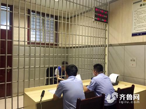 审讯室内,犯罪嫌疑人王某情绪一度失控,泣不成声。