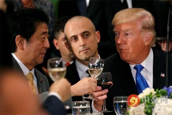 9月19日,日本首相安倍晋三和美国总统特朗普在联合国午宴上把酒言欢。