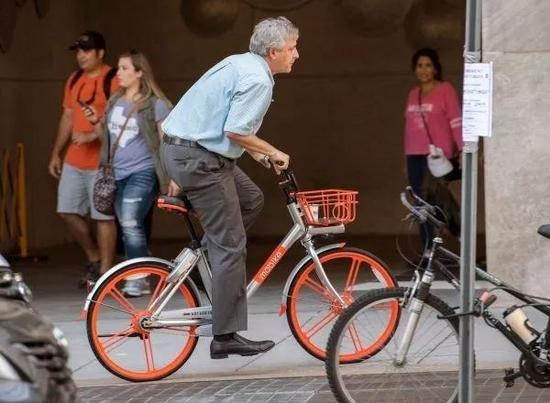 ▲9月20日,一名男子在美国华盛顿街头骑摩拜单车。(法新社)