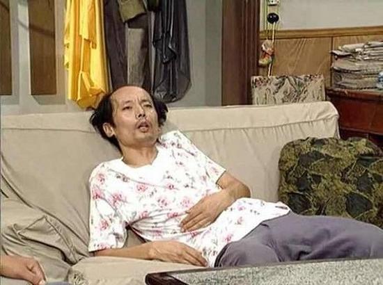 """演员葛优自己可能也没想到,20多年后,他在《我爱我家》中饰演的""""二混子""""季春生在沙发上躺卧的颓废形象,能在互联网上火了。"""