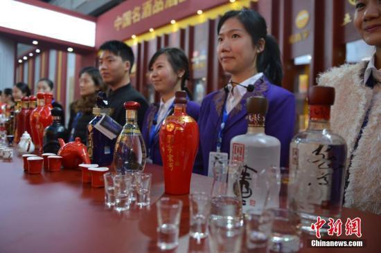 资料图:酒业博览会上展出的白酒。中新社发 张浪 摄