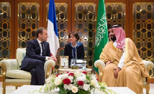 沙特王储穆罕默德·本·萨勒曼(右)9日在利雅得会见到访的法国总统马克龙(路透社)
