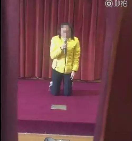 ▲ 下跪道歉的清洁工,她肯定没有想到等待她的是因为虐待罪坐牢